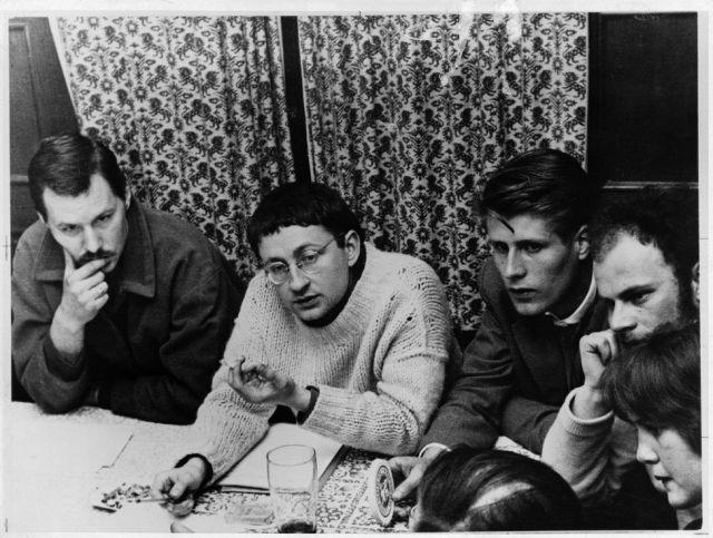 Guy Debord (1931-1994, au centre) lors du 3e congrès de l'Internationale situationniste a Munich en, Avril 1959 . Photographie anonyme. Italie, Turin, Collection privée.